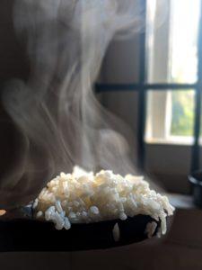 riz fumant cuit avec un cuiseur à riz